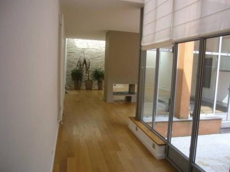 salon avec mur en pierre et patio du loft à Nantes