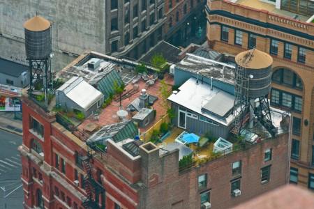 sur le toit d\'un immeuble en briques à New-York : un loft industriel avec terrasse arborée