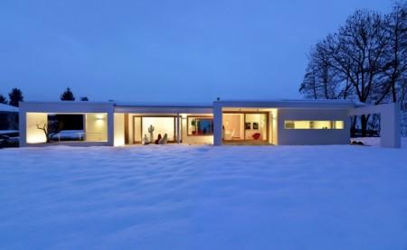 Maison moderne sous la neige