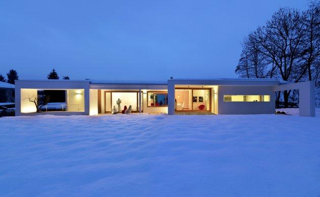 Maison moderne dans le style minimaliste et naturel