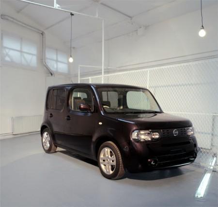 Nissan cube noir dans un loft