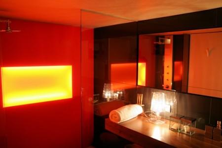 Salle de bain avec mur lumineux