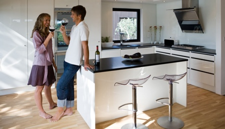 Cuisine design blanche de la maison bois Nexthouse