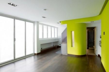 Loft avec parquet massif et murs vert pomme
