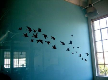 Mur bleu avec des oiseaux dans les bureaux Twitter