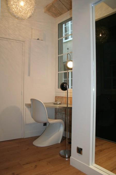 Coin bureau avec une chaise Panton dans un petit loft à Nantes