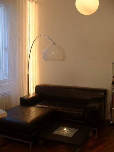 Lampadaire arc dans un petit appartement esprit loft