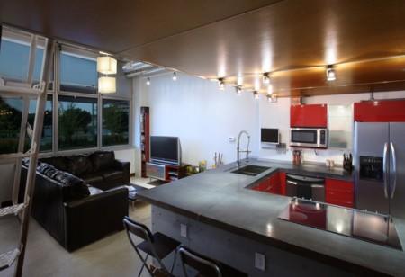 Cuisine ouverte d'un petit loft en mezzanine