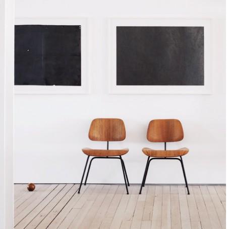 Chaises en bois dans le loft Hoeber