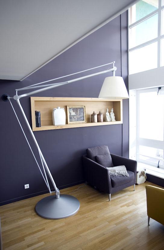 Lampe géante dans un appartement loft signé Le Corbusier