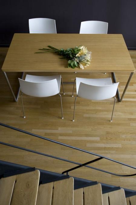 Table de la salle à manger dans un loft Le Corbusier
