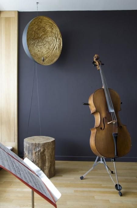 Loft Le corbusier, violoncelle devant un beau mur bleu foncé