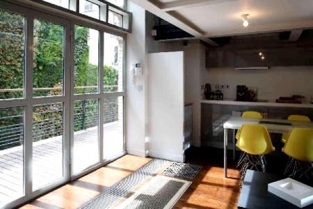Superbe loft gare de l est journal du loft for Cuisine avec baie vitree