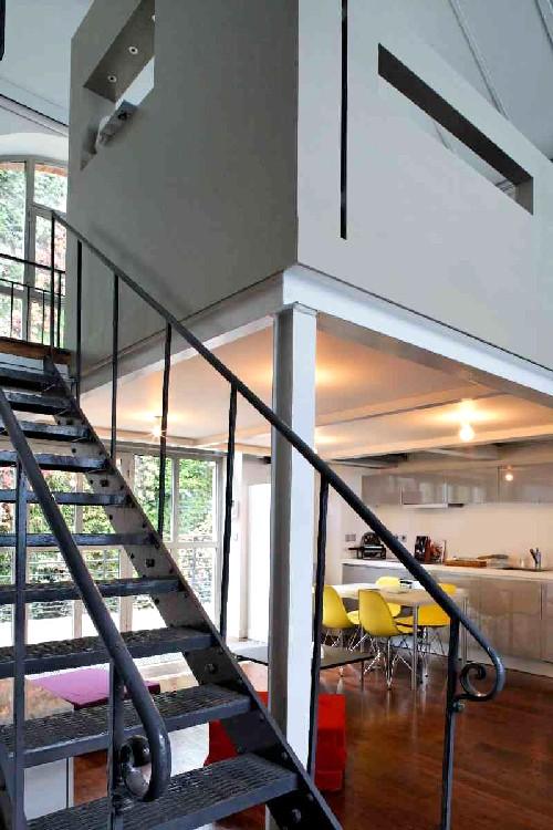 escalier en m tal dans un loft journal du loft. Black Bedroom Furniture Sets. Home Design Ideas
