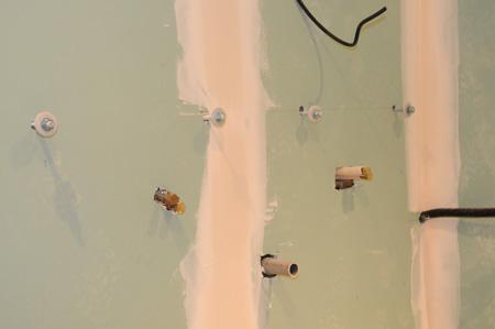 Tuyauterie encastrée et fixations de la vasque murale