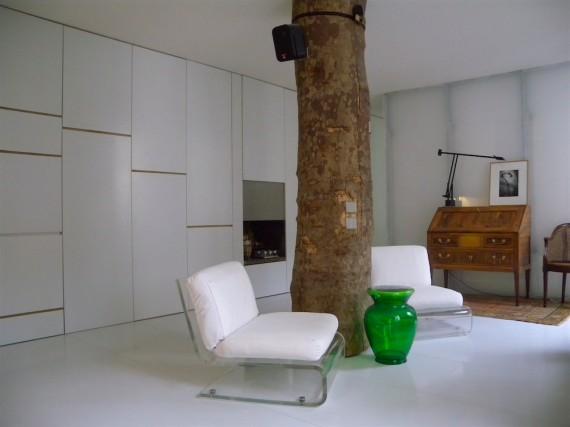 Loft avec un tronc d'arbre