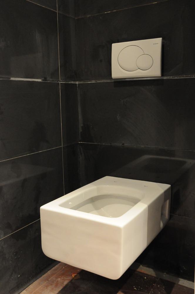 Travaux du loft chapitre 8 op ration pose de carrelage dans la salle de ba - Toilette noir suspendu ...