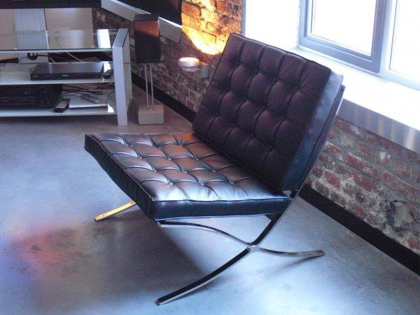 fauteuil barcelona noir dans un loft journal du loft. Black Bedroom Furniture Sets. Home Design Ideas
