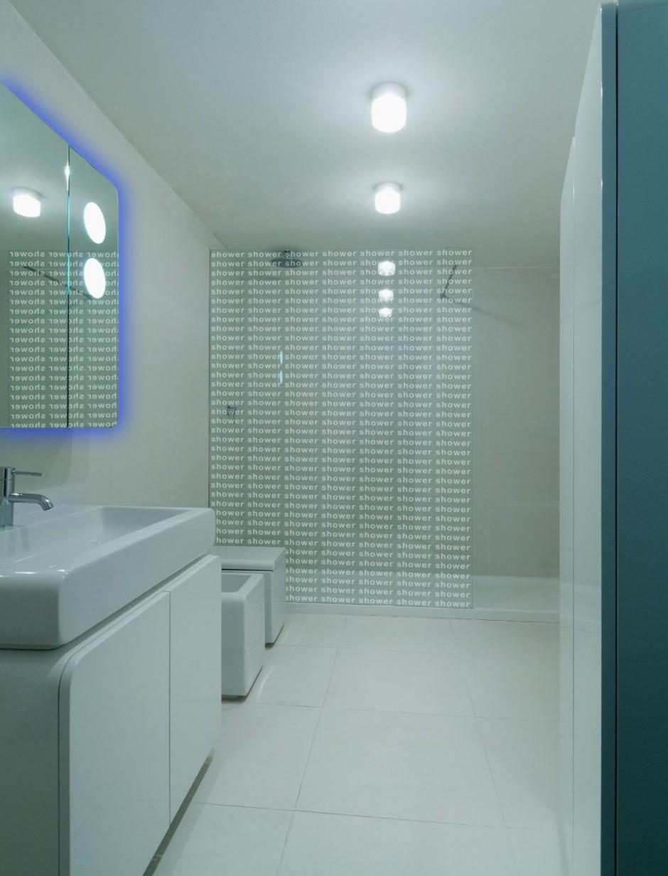 La salle de bain intègre également des meubles aux lignes arrondies