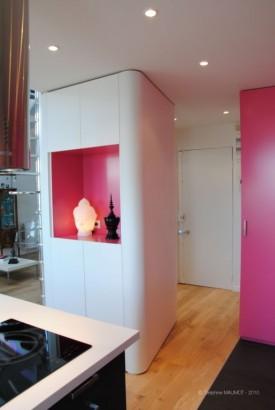 Meuble arrondi design réalisé sur mesure avec une niche rose