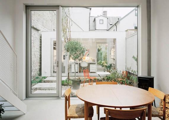 Intérieur moderne de la maison de ville suédoise avec patio