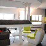 Lit suspendu dans un studio loft design