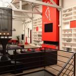 Loft avec une cheminée contemporaine rouge