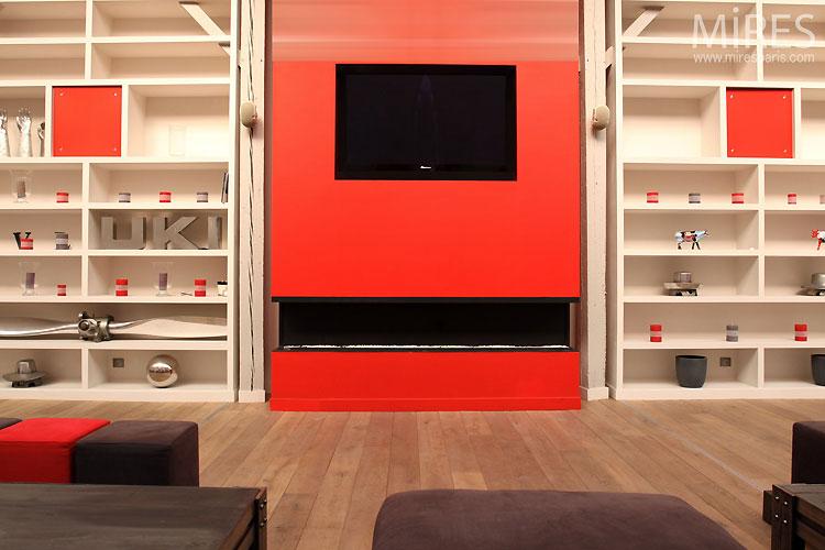 Loft rouge et blanc – cheminée rouge