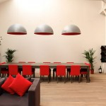 Loft rouge et blanc - immense table