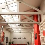 Loft rouge et blanc avec une verrière zénithale