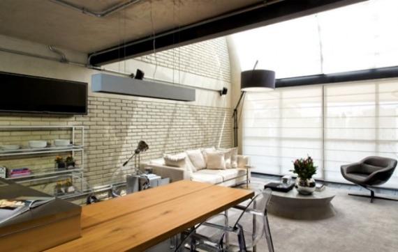 Intérieur d'un loft avec un mur en fausse brique