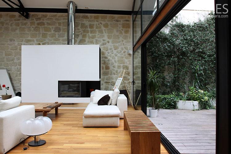 Loft avec verrière : cheminée contemporaine