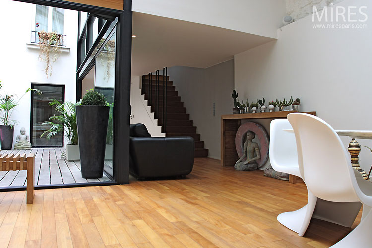 loft avec verri re chaise panton journal du loft. Black Bedroom Furniture Sets. Home Design Ideas