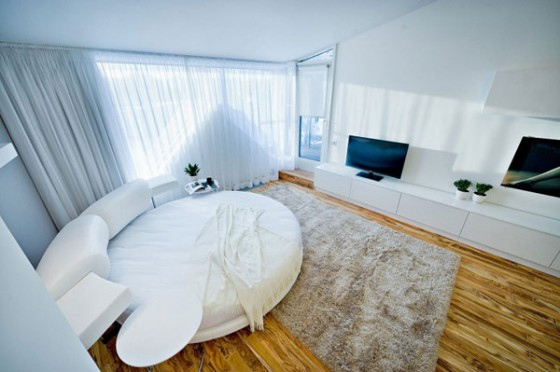 Chambre avec un lit rond dans un loft contemporain à Chisinau en Moldavie