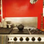 Cuisine du loft avec un mur peint en rouge