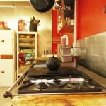 Cuisine rouge dans un atelier d'artiste à Paris