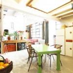 Cuisine du loft avec une table en bois verte