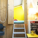 Accès par une échelle bleue à la chambre du loft