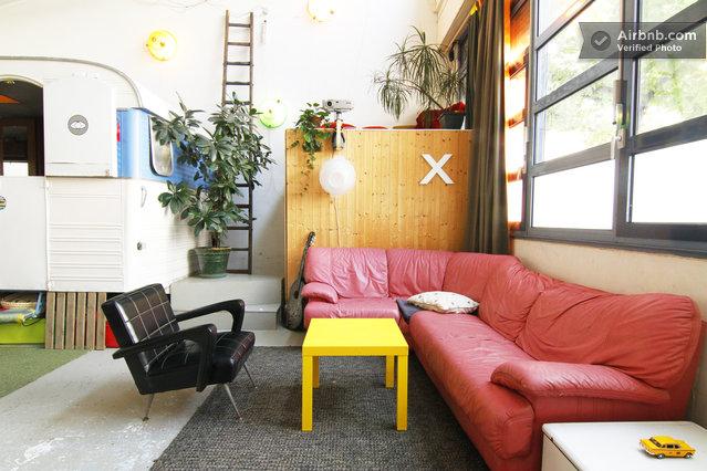 canap d angle rouge et table basse jaune dans un loft journal du loft. Black Bedroom Furniture Sets. Home Design Ideas