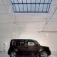 Une Nissan cube dans un loft