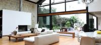 Loft contemporain avec une façade vitrée et une verrière
