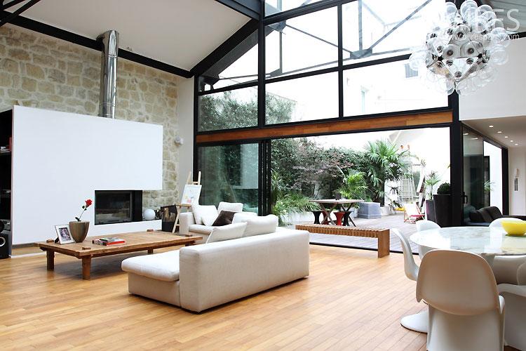 loft avec verri re et une grande hauteur sous plafond. Black Bedroom Furniture Sets. Home Design Ideas